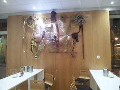 2011 TUCAO Cafetería, pastelería y heladería. Diseño y decoración de Ernesto Oñate. Las paredes están revestidas de madera de haya natural. En la foto, detalle de una de las paredes con adornos de Navidad. Situado en la Gran Vía de Cehegín.