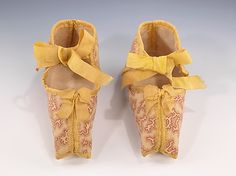 Atypical of most surviving baby shoes, the pair here is made from a patterned cotton print. The small geometric coral design is very distinctive of the and printed cottons of this type were used extensively for women's day dresses Victorian Children's Clothing, Antique Clothing, Victorian Era, Victorian Shoes, Vintage Shoes, Vintage Outfits, Vintage Fashion, Vintage Accessories, Vintage Dresses