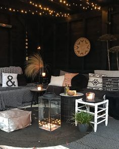 Black🖤Hoe een standaard overkapping er stoer uit kan zien. Home And Garden, Garden Room, Outdoor Rooms, Corner Garden, House Styles, Bohemian Garden, Cosy Garden Ideas, Boho Garden, Contemporary Garden Rooms