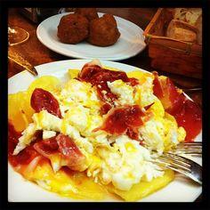 Un clásico del #Tubo en #Zaragoza. Las croquetas de boletus de Doña Casta. Y unos huevos rotos para acompañar.