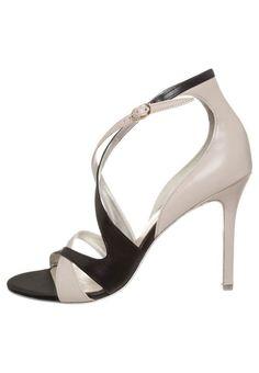 A(z) 44 legjobb kép a(z) Högl táblán   Flats, Ballerina és Bass shoes 8fa46e65bb