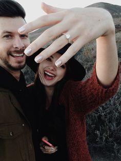Selfie de pareja mostrando anillo de compromiso