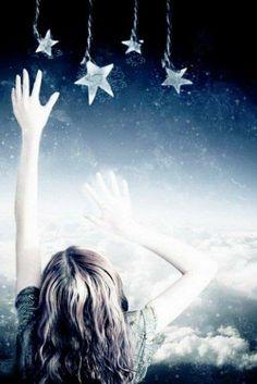 Ela queria pegar as estrelas mas não sabia que elas deveriam ficar ali.. Aquele céu pertence a elas e elas pertencem ao céu.. menininha sapeca,não tente isso! Saiba que  és uma estrela na terra e que as estrelas estão olhando  para ti sempre ! Olhe para elas e  verás a mágica acontecer!Elas sabem de teus mais profundos segredos ! Peça a elas as coisas que queres porque quando uma brilhar é porque te atendeste .  By Izabela Humberg