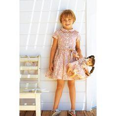 Vestido infantil Este vestido de cores suaves Retro deve o seu charme especial à combinação entre a parte superior e a saia de sino dando graciosidade e leveza ao modelo, perfeito para dias quentes.