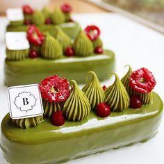 Le matcha c'est habillé pour les fêtes! A retrouver en bûche, taille Unique, pour 6 personnes! #matcha #noel #cake #pastry #instafood #foodporn #instagood #borislumé #montmartre #paris