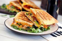 Az olaszok bármihez nyúlnak, az arannyá válik. De most komolyan, még egy sima szendvicset is simán fel tudnak dobni úgy, hogy őrülten jó legyen - most Nóri elhozta a híres híres panini szendvicset vörös pestoval turbózott változatát!