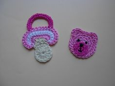 "Häkelapplikation ""Set Baby-Schnuller + Teddy"" rosa von jonathanantonia auf DaWanda.com"