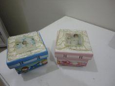 caixinhas para lembranças de maternidade trabalhadas na tampa com foto do neném e passa fita na tampa, em arte moderna.