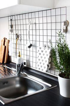 """Wall Styling ist gerade, nicht nur für mich, ein absolutes IN-Thema, auf Instagram sprießen die """"Shelfies"""" aus dem Boden, überall ist die Rede von String Regal, Bilder Galerien, gerahmten Plakaten und natürlich der perfekten Organisation am Arbeitsplatz. Auch mein eigenes Board zum Thema Wall Styling auf Pinterest wird täglich voller. Wir lieben jetzt schlichte, zeitlose Designklassiker, die minimalistische Gestaltung und... Read More"""