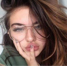 Round/Aviator Glasses Trend – Brille Make-up Cute Glasses, Girls With Glasses, Glasses Frames, Girl Glasses, Tumbr Girl, We Heart It Girl, Glasses Trends, Oversized Glasses, Instagram Baddie