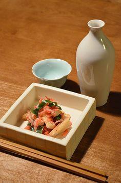 【桜海老とお揚げのおひたし】魚屋のおじさんに「安いよ!」と勧められた桜海老の乾物。雪が積もった京都ですが、きれいな桜色にお揚げと九条葱と和えて、春を呼びたい晩酌です。  今日のお酒は、山梨「太冠」純米をお燗にて。