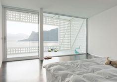 VISTA SUL LAGOLa O House a Vierwaldstättersee (Lucerna), in Svizzera, sembra avvolta in una enorme maglia perforata. Grandi aperture circolari caratterizzano le facciate in cemento della villa progett
