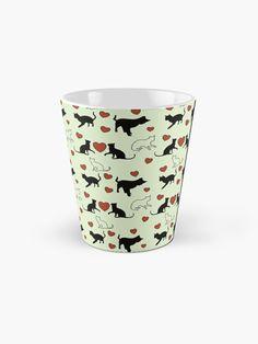 Muster für Katzenbesitzer und Katzenliebhaber mit kleinen Kätzchen und Herz. Über so ein Geschenk freut sich jeder Katzenfreund. Shot Glass, Tote Bag, Mugs, Tableware, Gifts For Cat Lovers, Heart, Patterns, Dinnerware, Tumblers