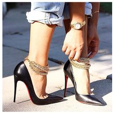 Christian Louboutin heels and golden ankle Jewerly. Tacchi Close-Up #Heels #Tacones #Shoes