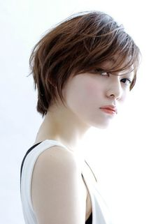 【cut】 ショートボブベースに前髪は長めに残して顔まわりはタイトに、後頭部には自然な丸みをもたせることで、女性らしいシルエットにして、スライドカットで動きとやわらかさ演出。 【COLOR】 カラー13レベルのアッシュベージュで甘さをプラス。長さの調節やボリューム感、更にシルエットを補正すれば、誰にでもハマるスタイルに変化します。