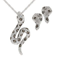 Ciondolo ed orecchini in oro bianco con diamanti bianchi e brown. Pendant and earrings in white gold with white and brown diamonds