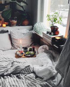 Morrn! Frukost in le bed med ljus innan jobb, bästa! ✨☕️ fin tisdag pårej!