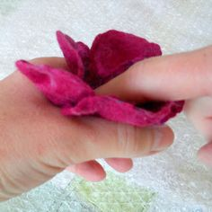 Felters Journey: TUTORIALS - Felting Flowers Excellant Tutorial on a few flower shapes.
