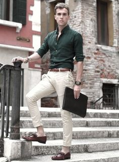 7 Must Have Chinos And Shirt Colors For 7 Different Looks This Season Read on to know how 5 different shades of chinos combine with 2 basic shirts in different hues to produces 7 fresh and unique outfit ideas. Business Mode, Business Outfit, Business Casual Outfits, Business Wear, Formal Men Outfit, Men Formal, Formal Shirts For Men, Men's Formal Wear, Formal Dresses For Men