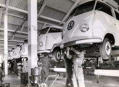 """Instalações da fábrica da Volkswagen do Brasil em maio de 1958, quando a Kombi era a """"filha única"""". A produção neste ano foi de 4.819 unidades e nas fotos aparecem apenas a versão Standard."""