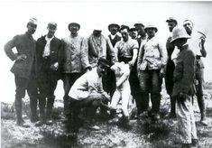 İngiliz birlikleri içindeki arkeologlar Çanakkale savaşları sırasında toprak altından çıkardıkları değerli eserleri İngiltere'ye yollamışlardır.Resimde Eros heykelini toprak altından çıkaran İngiliz arkeolog ve askerler görülmektedir.