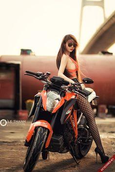 Chica KTM