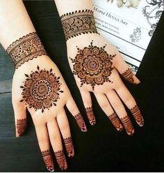 These stuning simple mehndi designs will suits you on every occassion. In Indian culture, mehndi is very important. On every auspicious occasion, women apply mehndi to show the importance of the occasion. Henna Hand Designs, Dulhan Mehndi Designs, Mehandi Designs, Circle Mehndi Designs, Arte Mehndi, Round Mehndi Design, Mehndi Designs Finger, Simple Arabic Mehndi Designs, Stylish Mehndi Designs