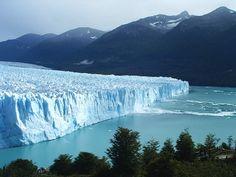 El Glaciar Perito Moreno está ubicado en Argentina, entre los 47º y 51º de latitud sur, naciendo del Campo de Hielo Patagónico Sur. Se extiende sobre el Brazo Sur del Lago Argentino, con un frente de cinco kilómetros de longitud y sesenta metros de altura. Bautizado con ese nombre en honor de Francisco Moreno, creador de la Sociedad Científica Argentina y activo explorador de la zona austral de ese país, es una de las reservas de agua dulce más importantes del mundo.