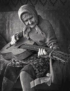 Signora con chitarra.  (Contadina che suona - qualcosa di sicuramente bello).