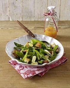 Zuckerschoten-Salat mit Croûtons und Chili-Vinaigrette Rezept auf lecker.de