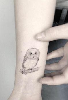 buho tatuado en el antebrazo, ideas de tatuajes con animales con fuerte simbolismo, simbolo de la sabiduría Couple Tattoos, Tattos, Small Tattoos, Tattoo Ideas, Ink, Dot Tattoos, Men's Forearm Tattoos, Abstract Tattoos, Minimalist Tattoos