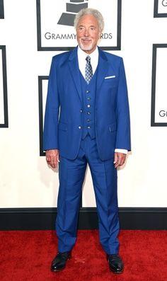 <P>Tom Jones probeerde het ook in blauw, maar die ouderwetse das maakte van hem echt een opa op de rode loper. </P>