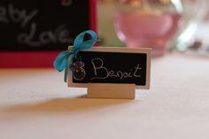 Porte-nom petite ardoise sur socle en bois. Avec son nœud papillon et mini sucette.
