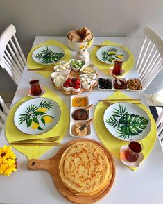 50 Ideas for breakfast plate presentation dinners Breakfast Table Setting, Breakfast Platter, Breakfast Buffet, Breakfast For Kids, Breakfast Set, Morning Breakfast, Breakfast Presentation, Plate Presentation, Iftar