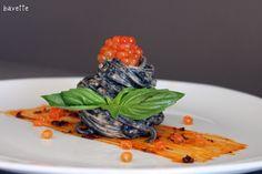 Tallarines al nero di sepia, con crema y huevas de salmón.