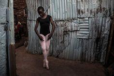 Contra a brutalidade da realidade, a leveza e graça do balé. Esse é o tema das fotografias tiradas pelo suecoFrederik Lernerydna região de Kibera, em Nairóbi, no Quênia – uma das maiores e mais pobres favelas urbanas de toda África no Hypeness Os bailarinos registrados não são profissionais reconhecidos ou em ascenção, mas sim jovens ...