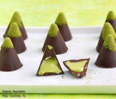 Chocolates with pistachio cream - Bombones con crema de pistacho (white chocolate version of what I dit with hazelnut pate in class) Chocolate Sweets, Chocolate Truffles, Homemade Chocolate, Chocolate Lovers, Chocolate Recipes, White Chocolate, Chocolate Shop, Candy Recipes, Sweet Recipes