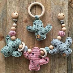 Setje cactussen! Want ze zijn zo leuk! #cactus #rammelaar #bijtring #wagenspanners #leukekleurtjes #houtenkralen #haken #hakeniship #bymar9 Crochet Baby Toys, Crochet Baby Clothes, Crochet For Kids, Crochet Dolls, Free Crochet, Muñeca Diy, Baby Cactus, Crochet Mobile, Crochet Cactus