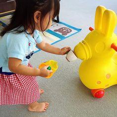 Instagram media seiko_1227 - 朝からお友達と児童館で遊んでます 娘さん、ロディにお茶を「はいどーぞ!」 #ロディ#補助便座もロディだよ#ロディ大好き#おままごと#1才8ヶ月#20ヶ月#女の子