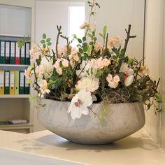 Decoratietakken en zijde bloemen een mooie en makkelijke combinatie. www.decoratiestyling.n