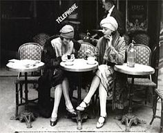 ©Robert Doisneau - love this photograph! beautiful photography, fashion, and having coffee with a girlfriend is always fab!