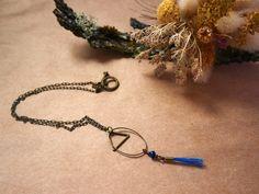 Collier court simple et fin, bronze et crin de cheval bleu via Un P'tit Crin de Folie. Click on the image to see more!