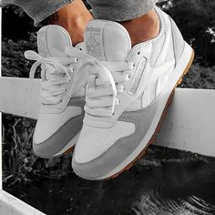 Tendance Sneakers : Sneakers femme – Reebok Classic - Rifle Tutorial and Ideas Reebook Shoes, Cute Shoes, Me Too Shoes, Shoe Boots, Shoes Sneakers, Black Sneakers, Platform Sneakers, Sneakers Design, Zapatos Shoes