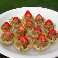 Chocolate pudding & whip cream filled Fillo Shells with Fresh Fruit Garnishments. Phyllo Shell Recipe, Phyllo Recipes, Phyllo Cups, Stuffed Shells Recipe, Pastry Recipes, Mini Desserts, Easy Desserts, Delicious Desserts, Dessert Recipes