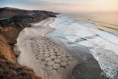 Colossal Land Art by Jim Denevan Pictures To Draw, Nature Pictures, Drawing Pictures, 3d Illusion Drawing, Sand Drawing, Grandeur Nature, Richard Long, Sand Painting, Giza