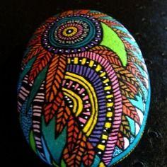 73, galet peint à l'acrylique dans les tons orange, rouge, vert, bleu métallisé, violet,