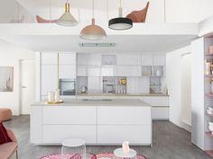 Une cuisine en I complétée par un îlot Double Vanity, Dining, Bathroom, Kitchen, Table Chaise, Inspiration, Home Decor, Decoration, Cooking