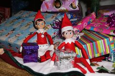 The Elf on the Shelf : Doe & Rase brought presents (little snow globes)