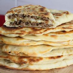 Gözleme - Crêpes turques fourrées à la viande hachée Gözleme - Turkish pancakes with minced meat filling Pizza Recipes, Meat Recipes, Cooking Recipes, Antipasto, Crepes Filling, Kebab, Good Food, Yummy Food, Ramadan Recipes