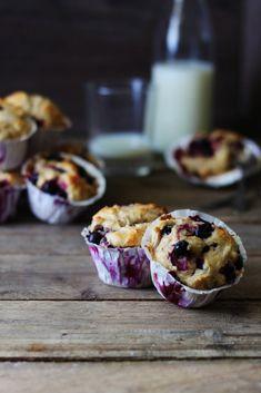 Jeg flasher ofte bær fra min fryser herinde og ja, jeg har stadig en hel del i fryseren fra sidste sommer. Så solbær blev hevet op og halvdelen af posen røg i de her muffins. Opskriften er en kending, det er nemlig den jeg brugte til gulerod/æble-muffins i Go'morgen Danmark. Da solbær er ret syrlige,...Læs Mere Baking Muffins, Blue Berry Muffins, Food Cravings, Delish, Yummy Yummy, Tasty, Cupcake Recipes, No Cook Meals, Yummy Cakes